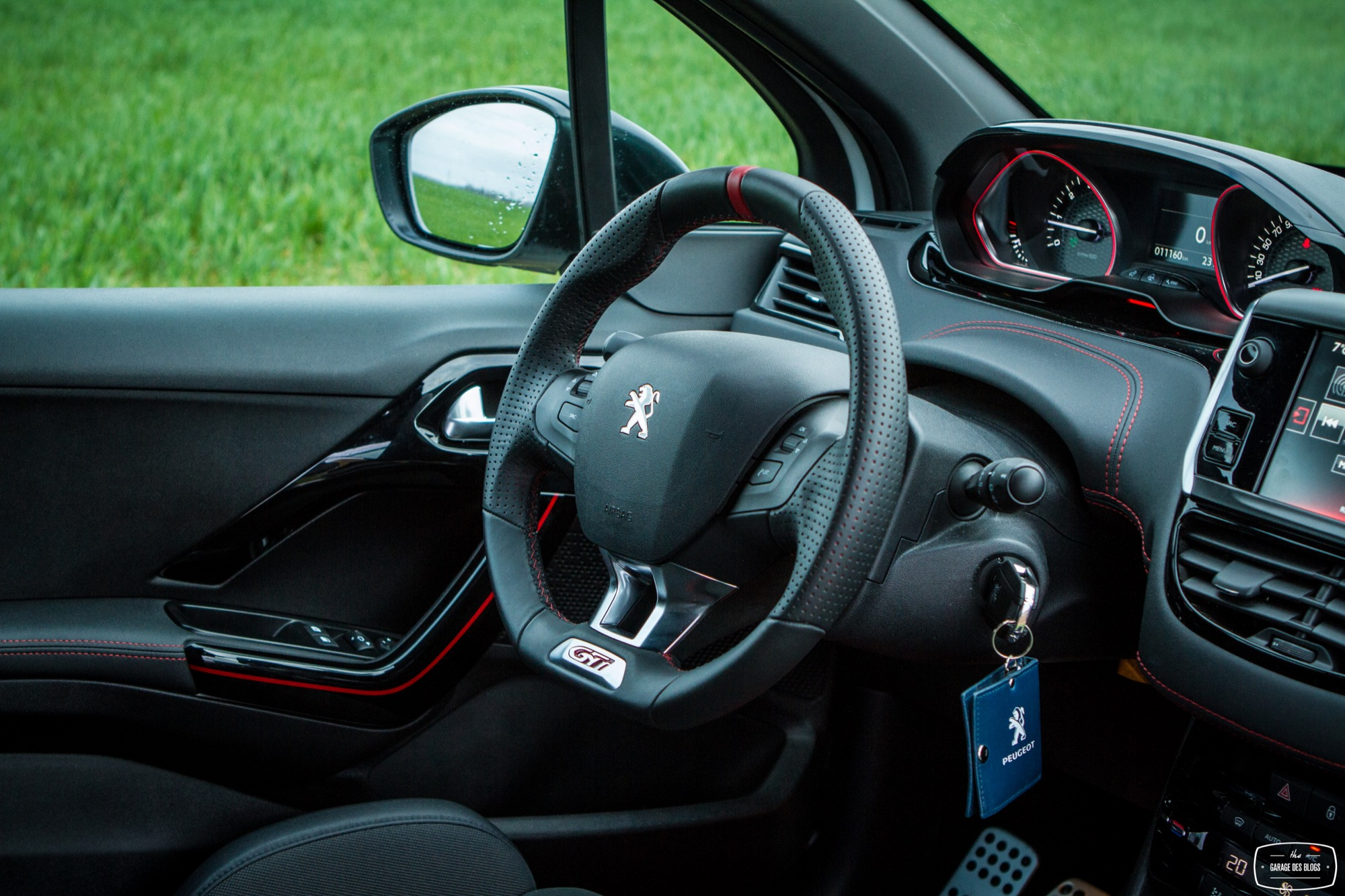 Essai peugeot 208 gti 30th interieur 1 le blog de viinz for Interieur 208 gti
