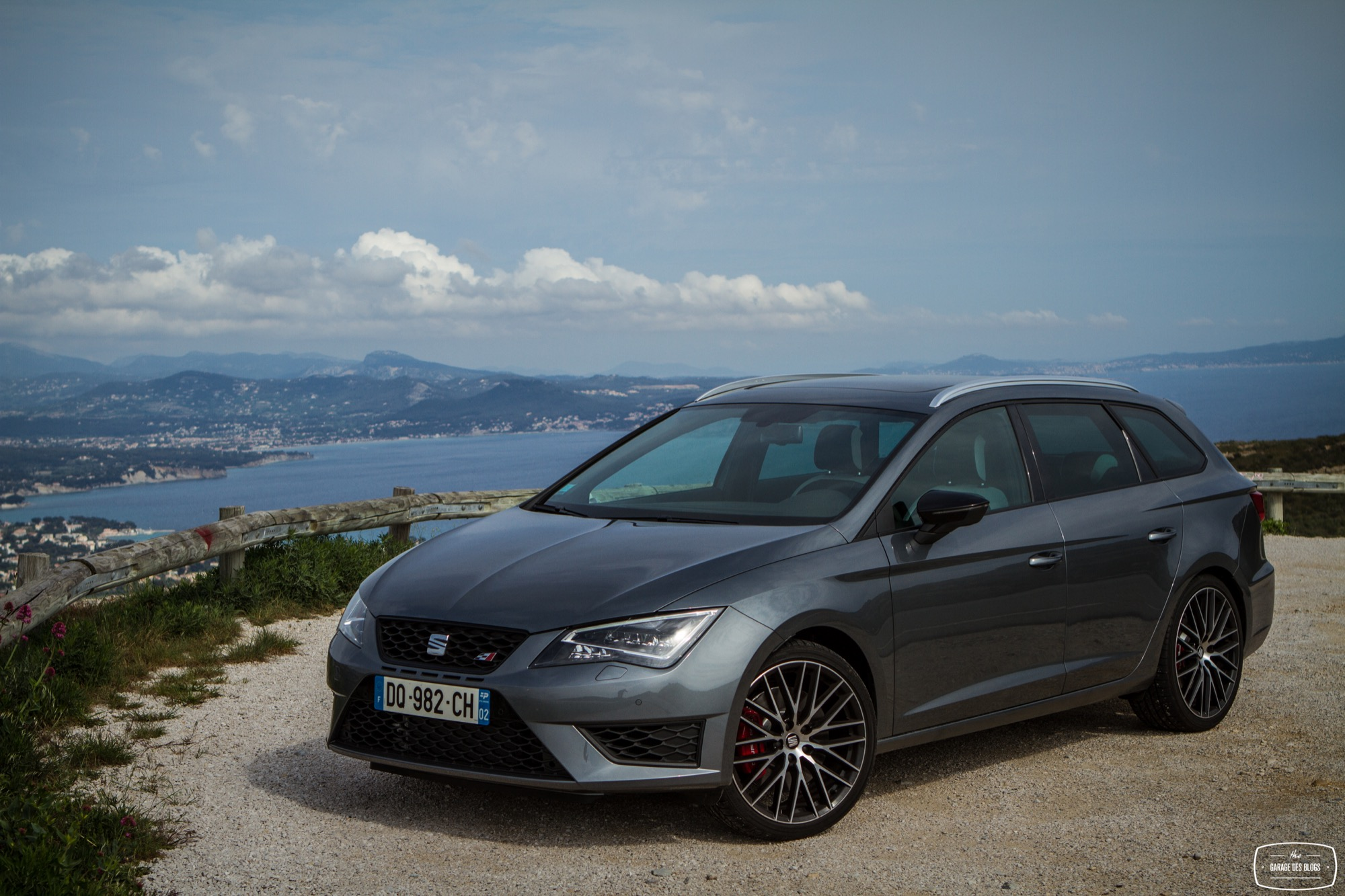 la seat leon st cupra sur le port et les routes de marseille. Black Bedroom Furniture Sets. Home Design Ideas