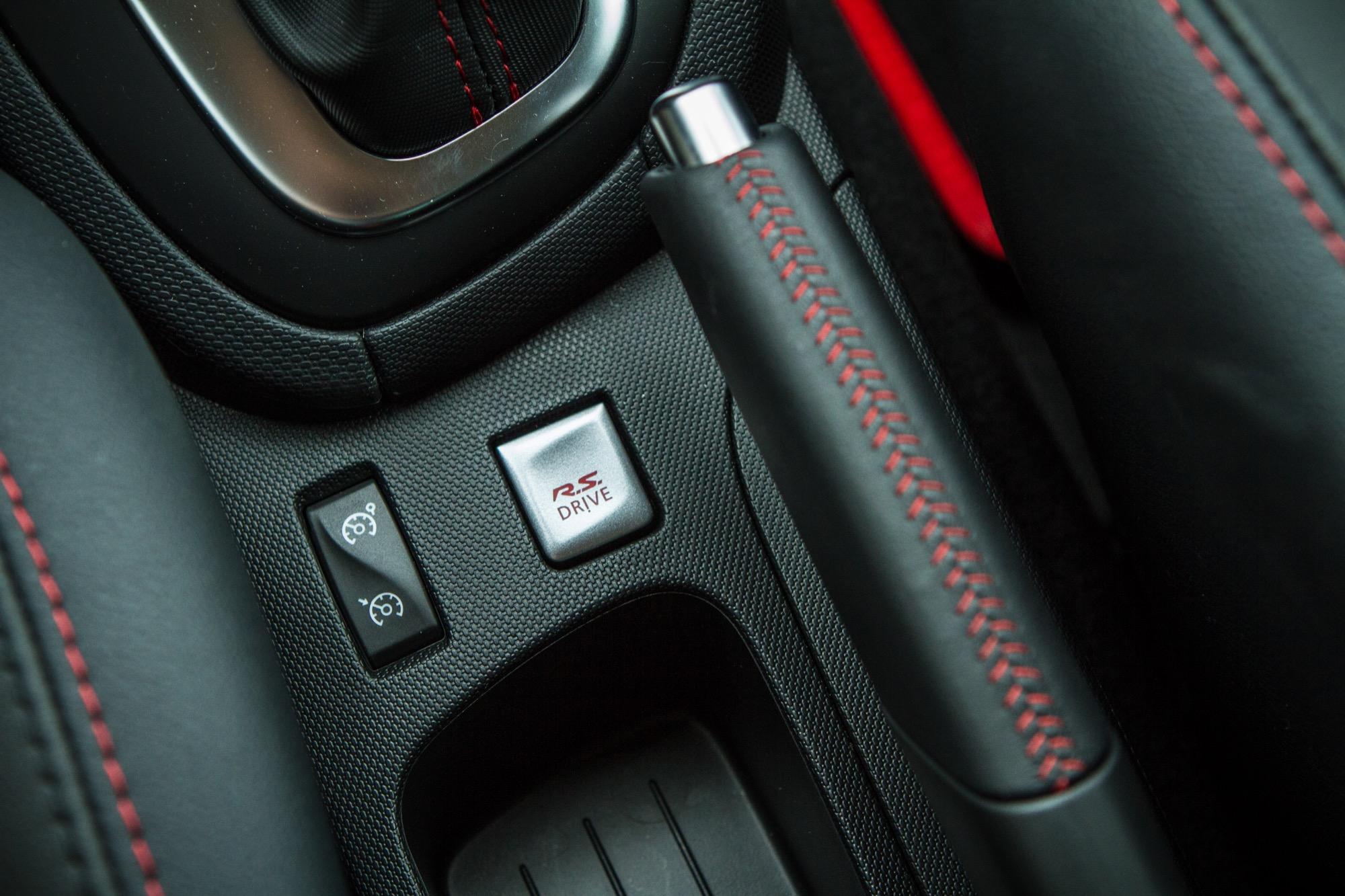 Clio r s 220 edc trophy renault sport a t il corrig le for Renault clio 2 interieur